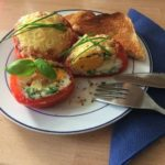 Ei in überbackener Tomate
